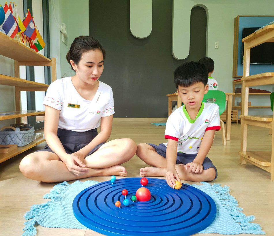 Bé tìm hiểu các hành tinh xoay quanh hệ mặt trời - Lớp Nemo - Vietnam Canada Preschool