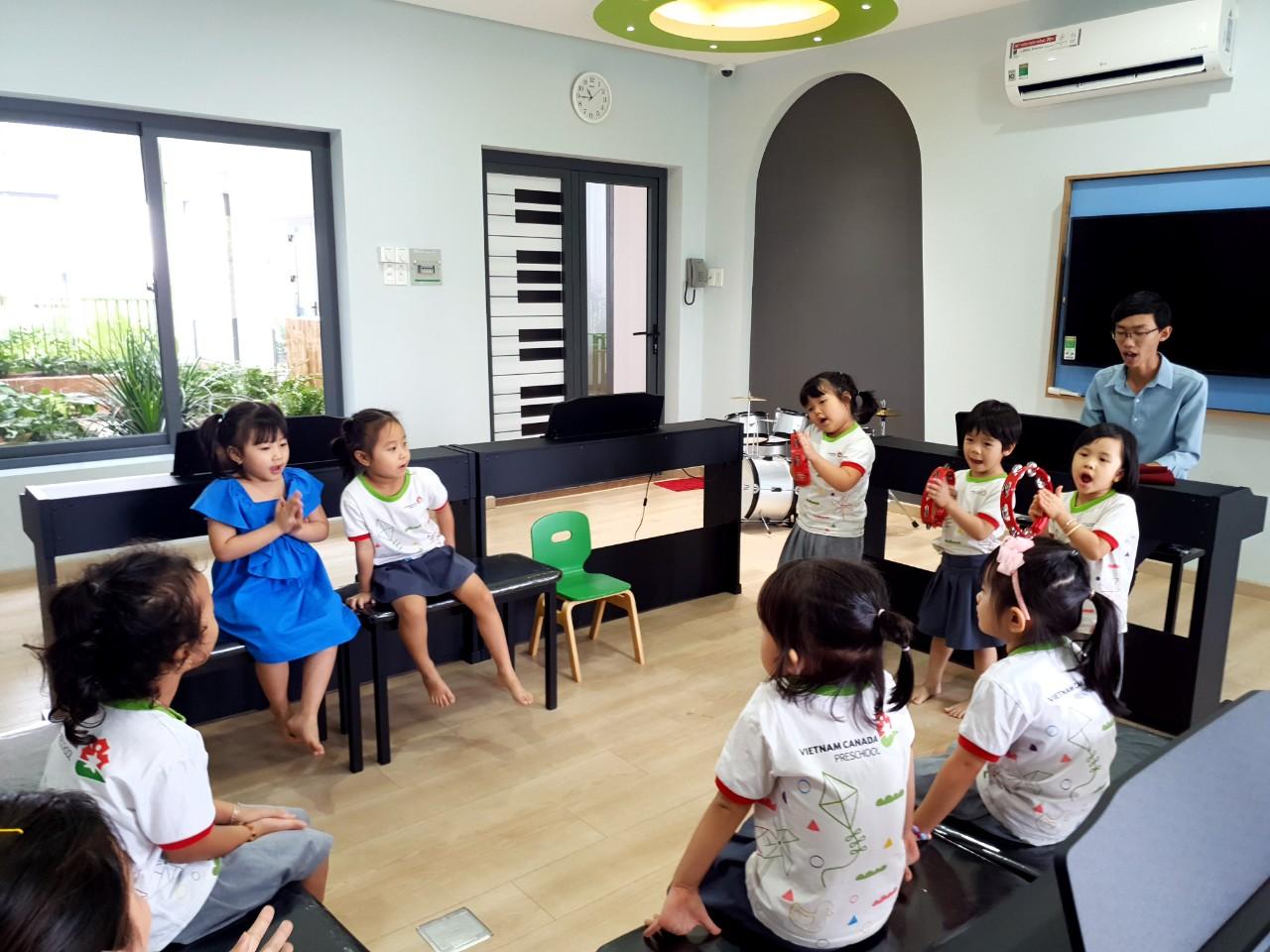 Giáo viên dạy nhạc đang hướng dẫn con hát theo nhịp kết hợp cùng Temporing và Piano