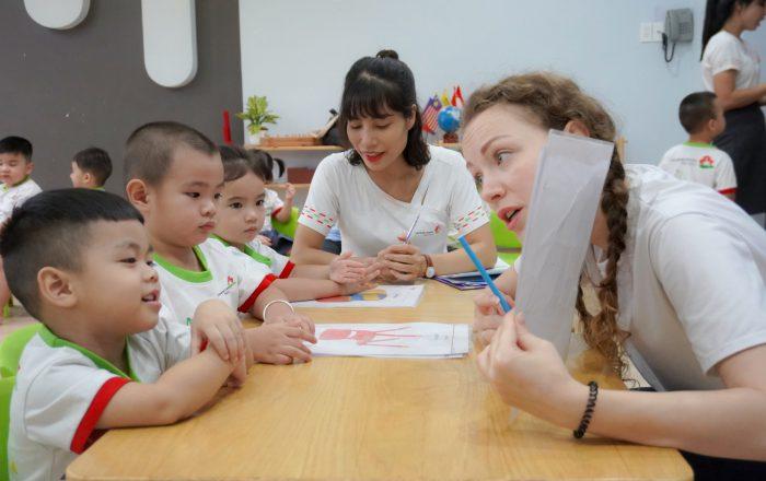 Bé học thông qua các mini game cùng giáo viên người Anh tại trường mầm non montessori Vietnam Canada Preschool